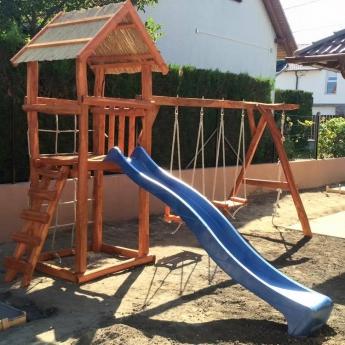 Kis torony rönkfából hosszú felső rúddal + játékkal