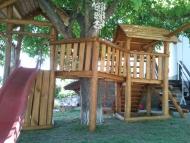 Fa köré épített dupla tornyú játszó birodalom
