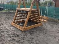 Óriás háromszög mászóka hintával és homokozóval